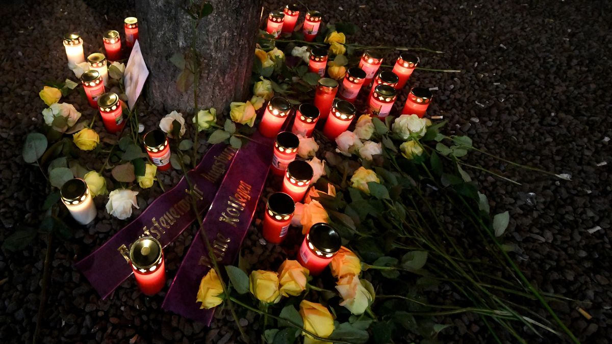 Feuerwehr-Kollegen haben Blumen niedergelegt