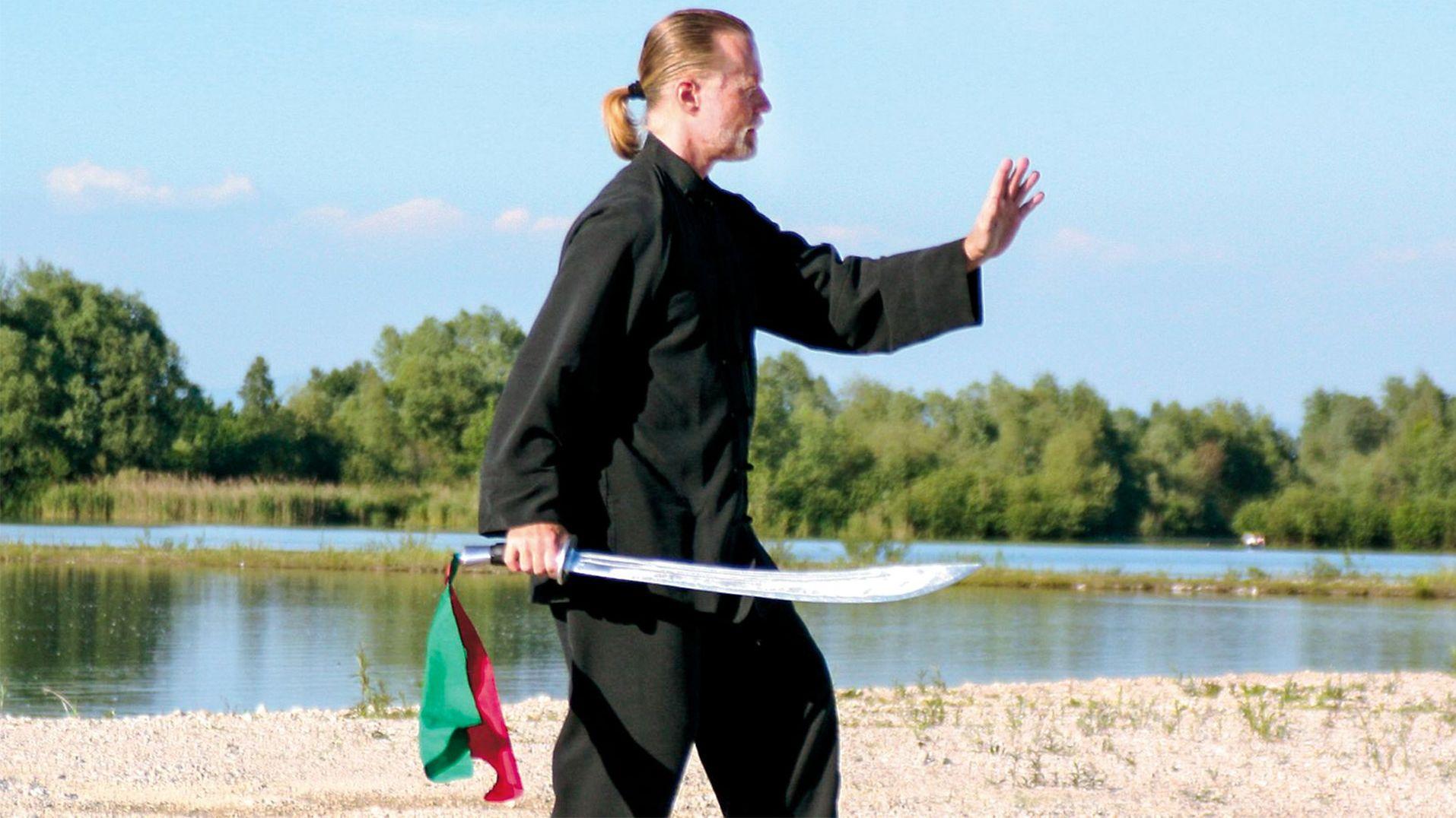Andreas W Friedrich, Leiter des Instituts Integrales Tai Ji Quan & Qi Gong in München, bei einer Tai Ji Übung an der Isar.