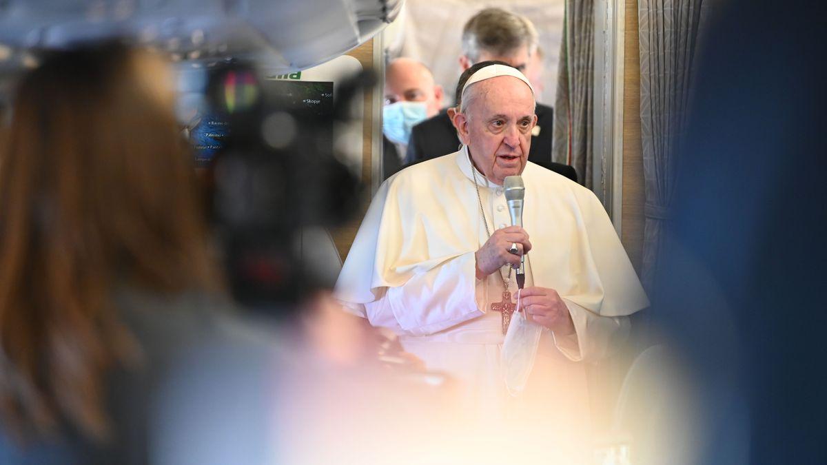Papst Franziskus spricht auf dem Flug in den Irak zu Journalisten.