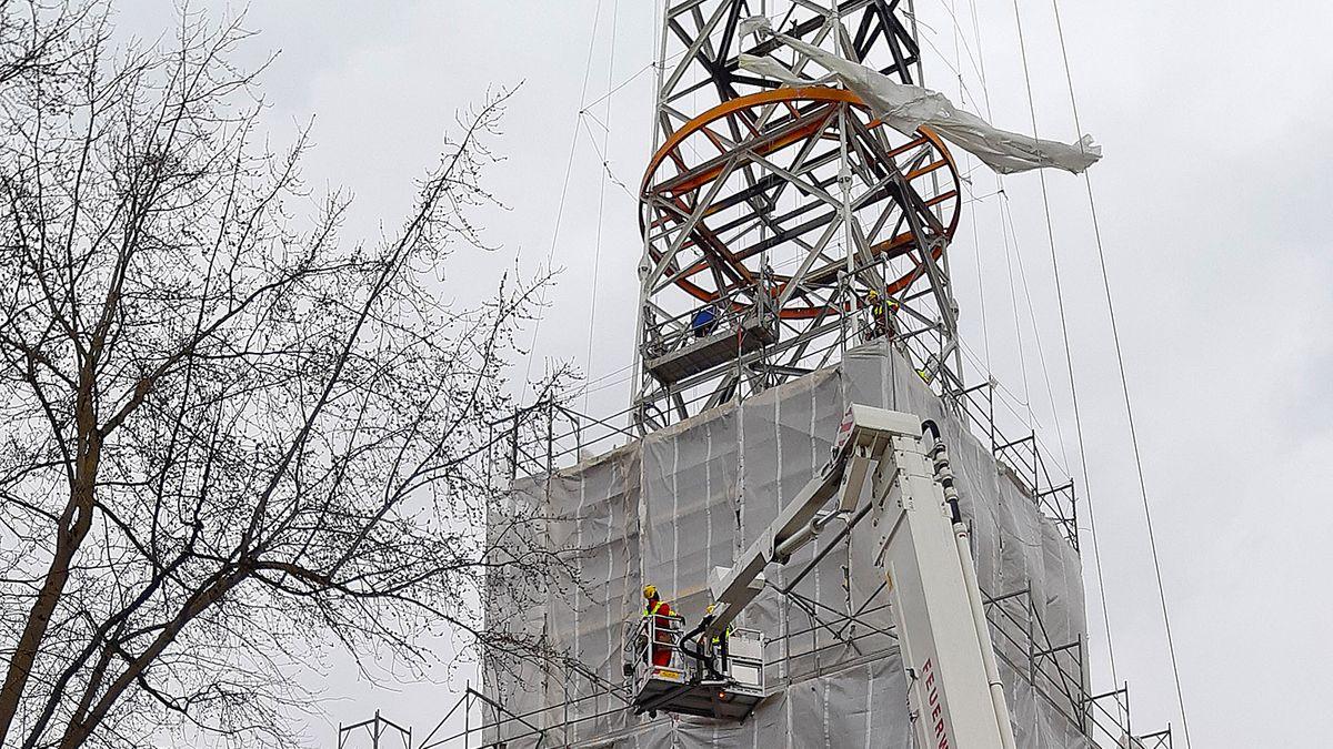 In ca. 25 Metern Höhe haben sich die Planen am Funkturm des BR in Freimann gelöst - luftiger Einsatz der Feuerwehr.