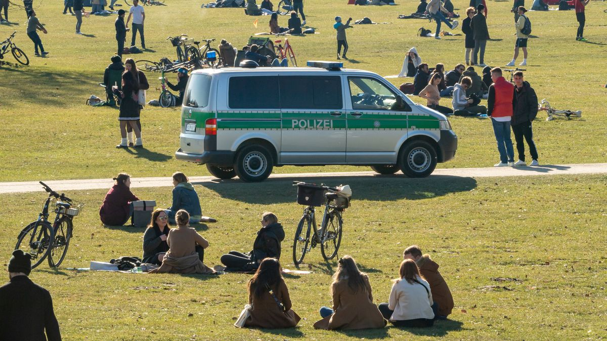 Eine Polizei-Streife kontrolliert im Englischen Garten München die Einhaltung der Corona-Regeln.