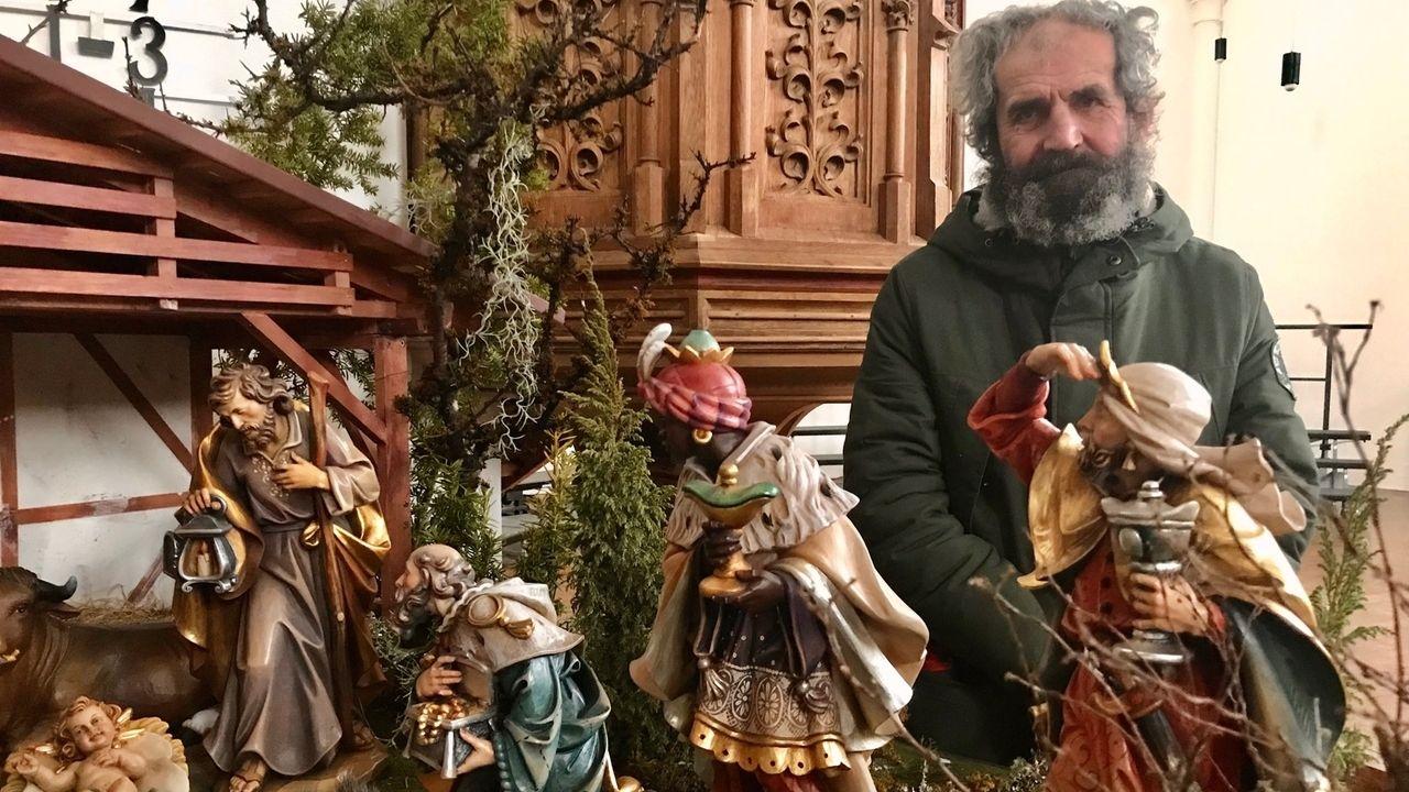 Der Krippenwächter Wolfgang steht hinter den Figuren der Krippe.