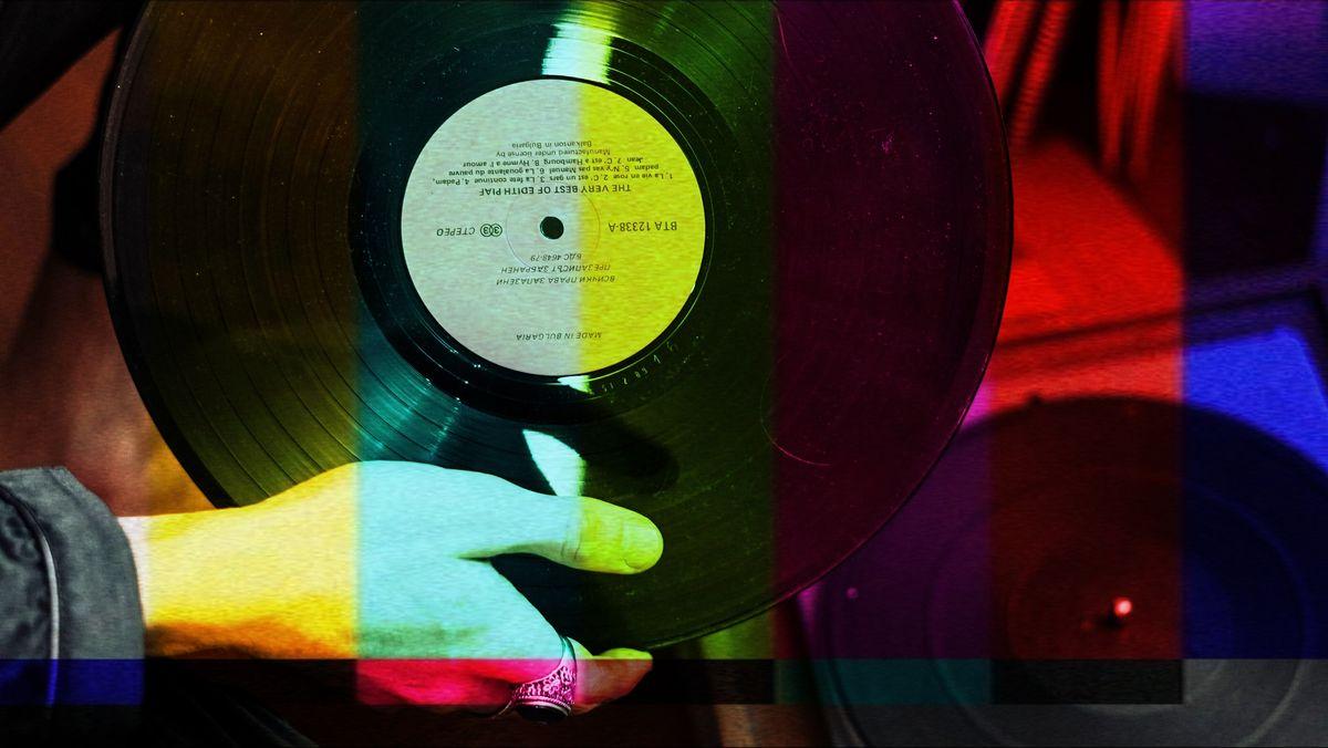 Eine Hand hält eine Schallplatte