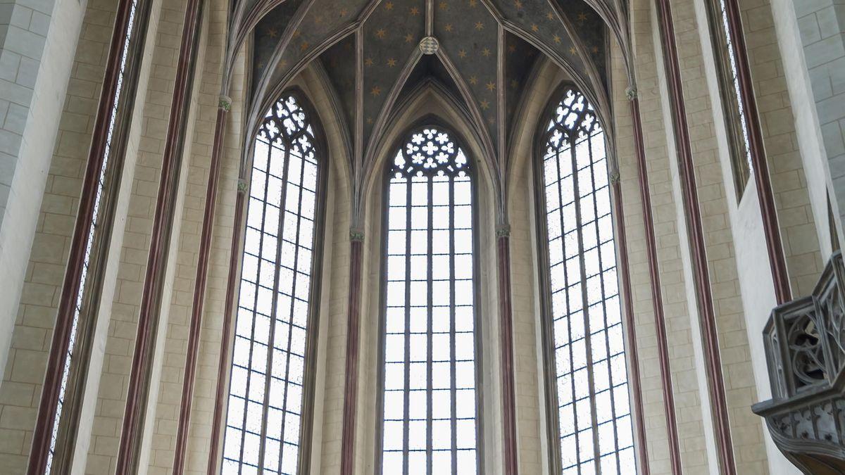 Die Fenster im Gewölbe der gotischen St. Martinskirche Landshut