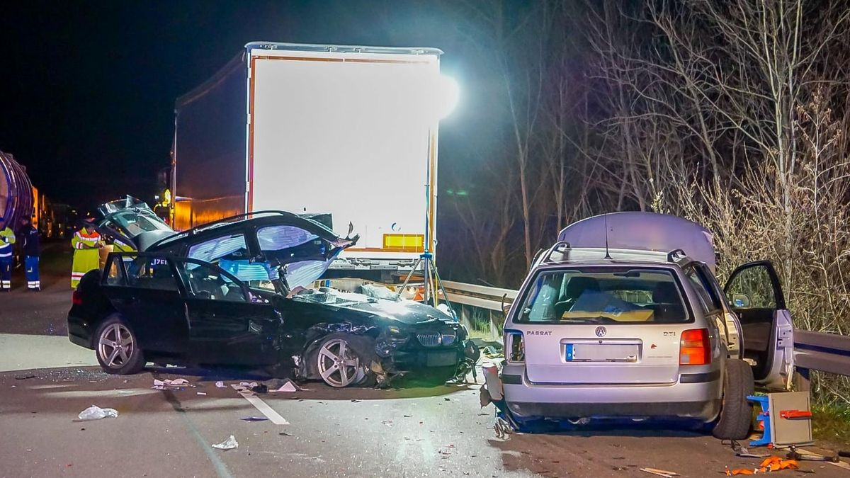 Zwei zerstörte Fahrzeuge nach dem Unfall auf der B20