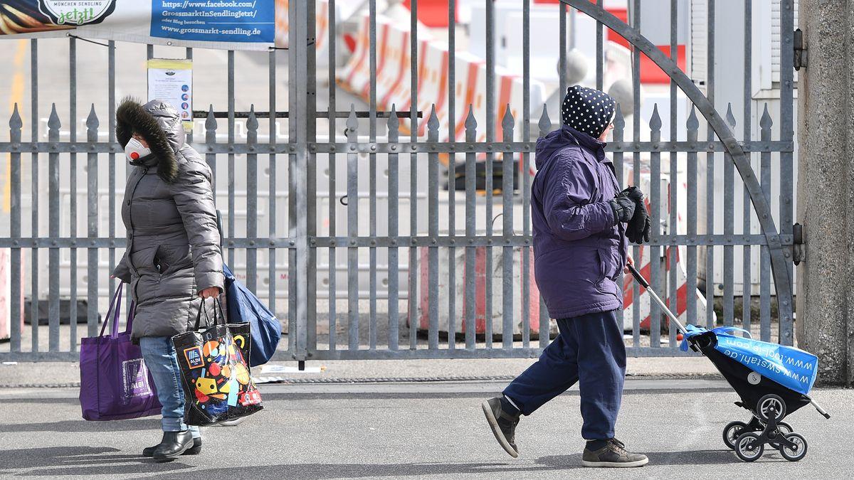 Bedürftige Menschen laufen vor der Münchner Tafel
