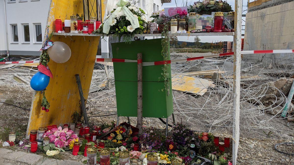 Blumen und Kerzen als Zeichen der Anteilnahme an der Unglücksstelle in Denklingen.