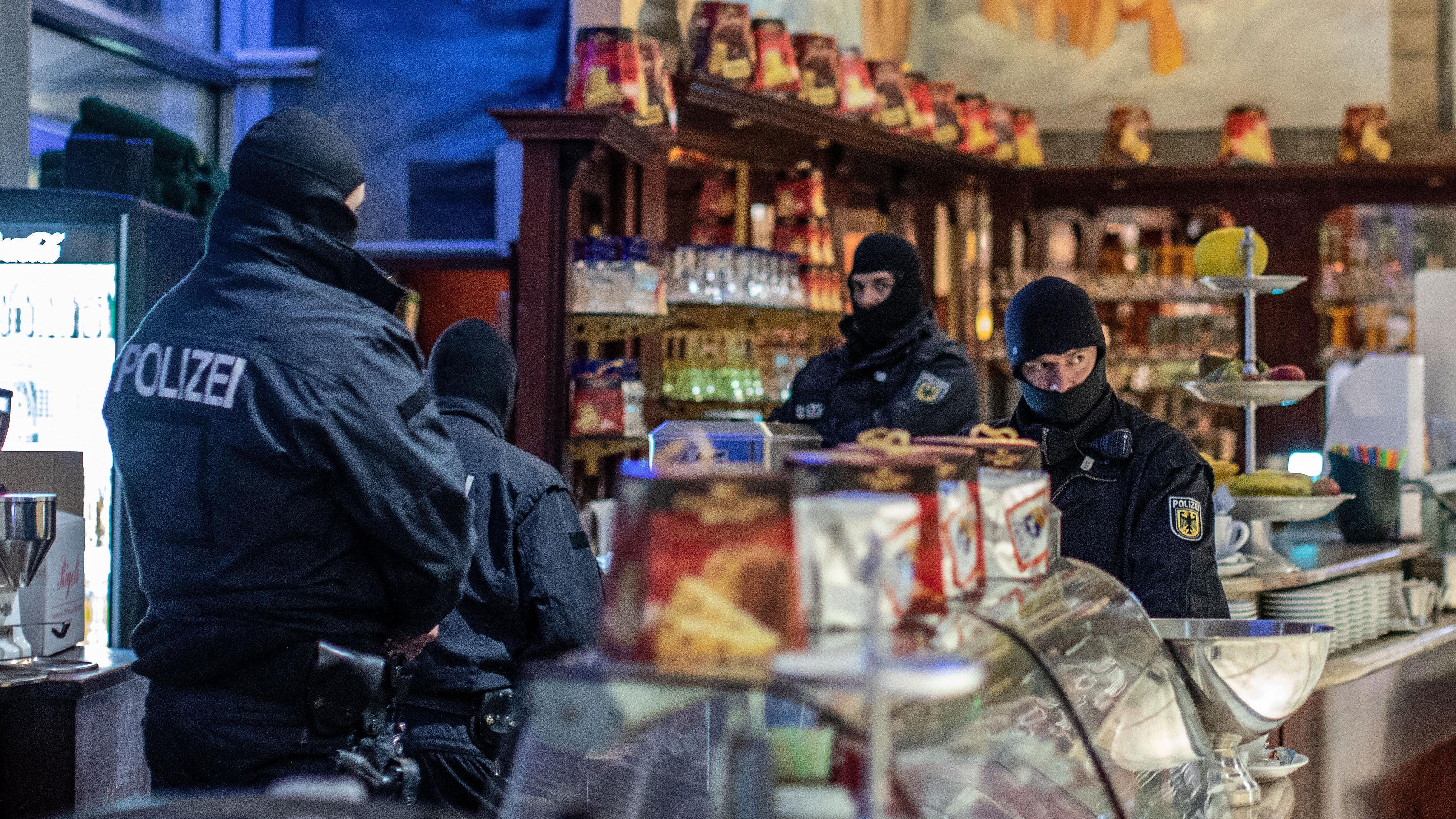 Polizisten durchsuchen ein Eiscafé in Duisburg