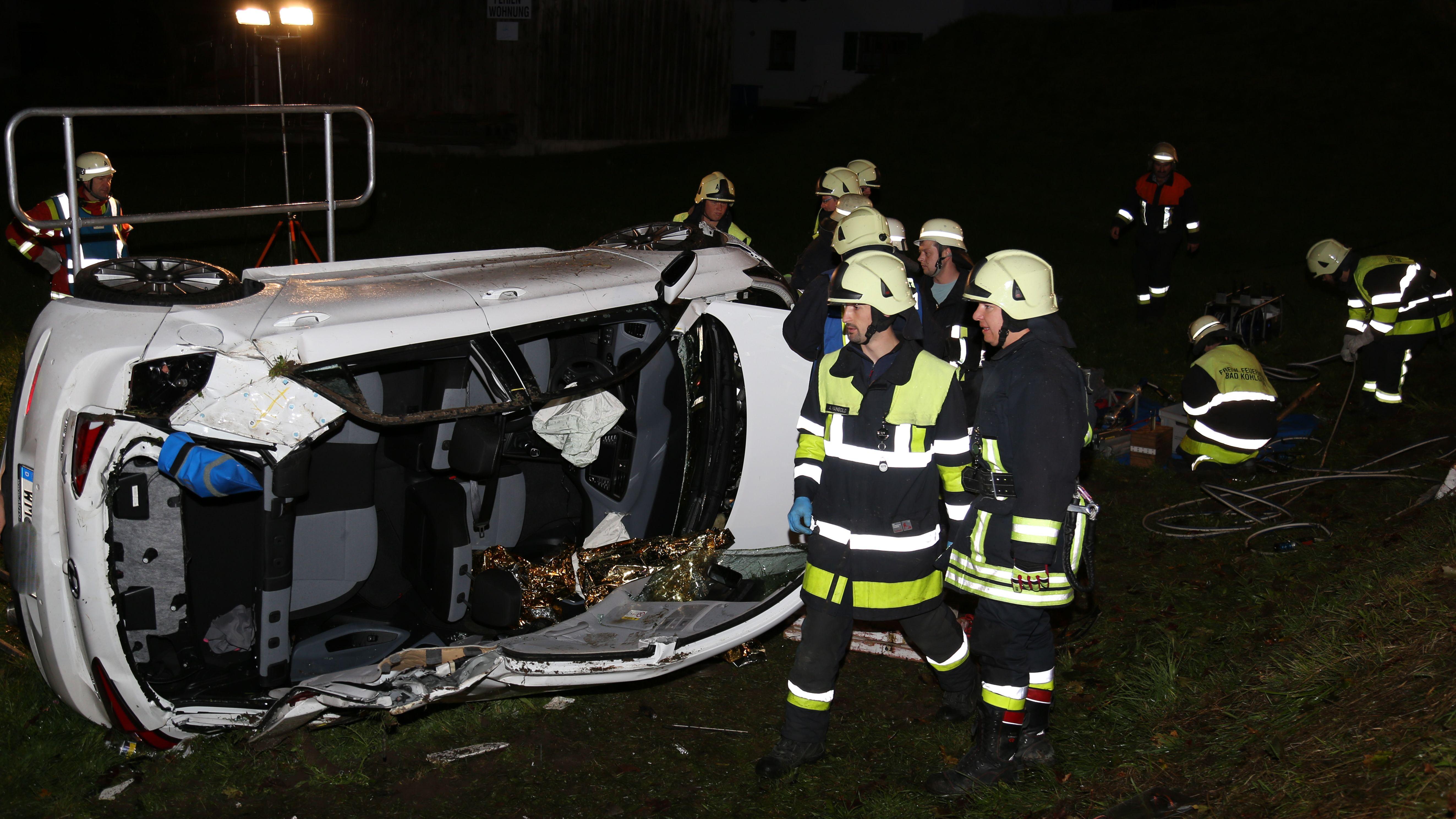 Feuerwehr muss nach Unfall bei Bad Bayersoien Autoinsassen befreien