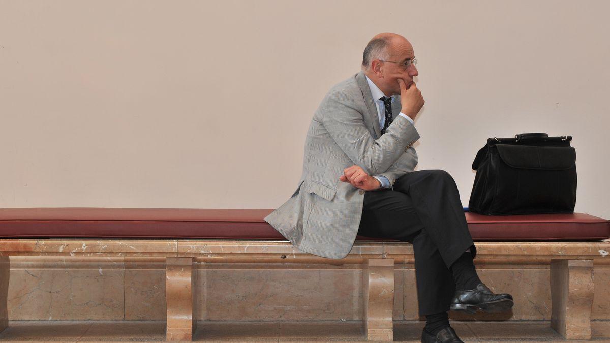 Ex-Justizminister Alfred Sauter sitzt auf einer Bank im bayerischen Landtag