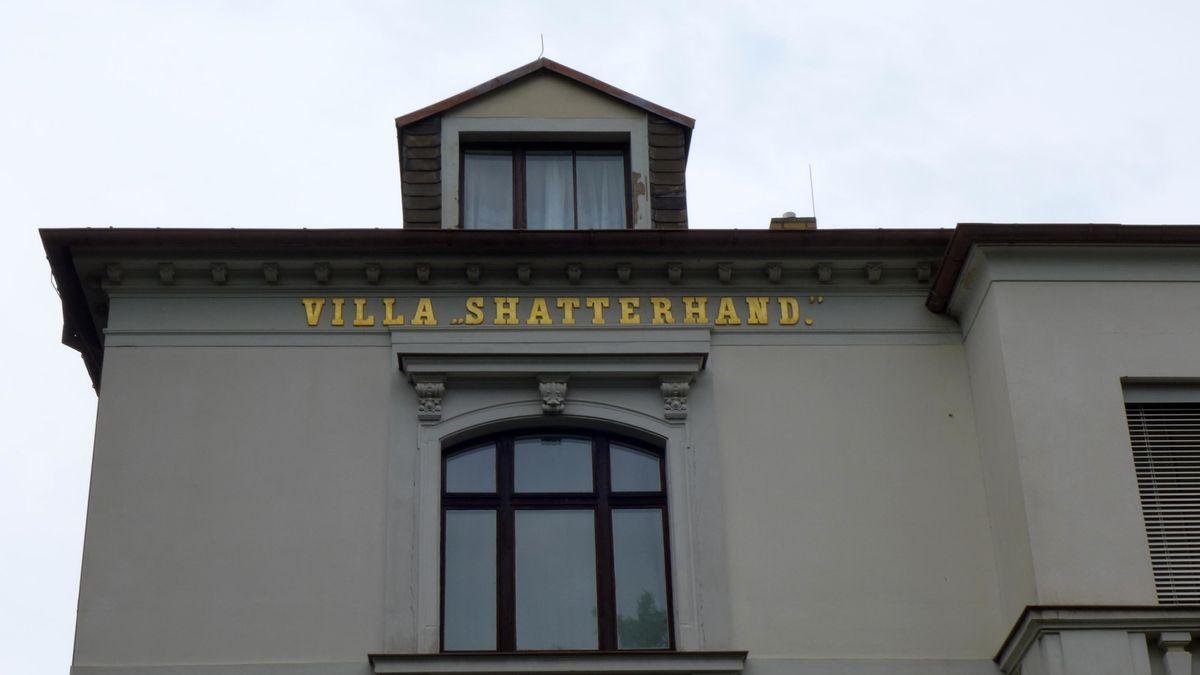 """Goldener Schriftzug """"Villa Shatterhand"""" am Karl-May-Museum: Karl May kaufte das Haus 1896 und ließ im gleichen Jahr den Schriftzug anbringen"""