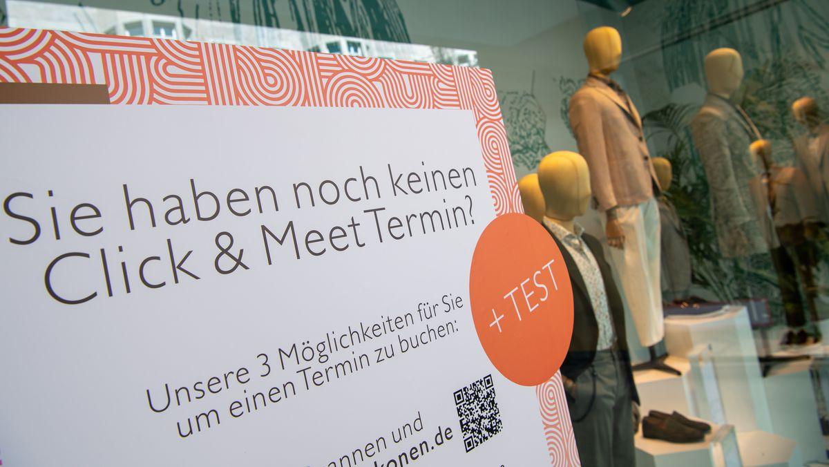 Schild weist auf click and meet in der Innenstadt hin