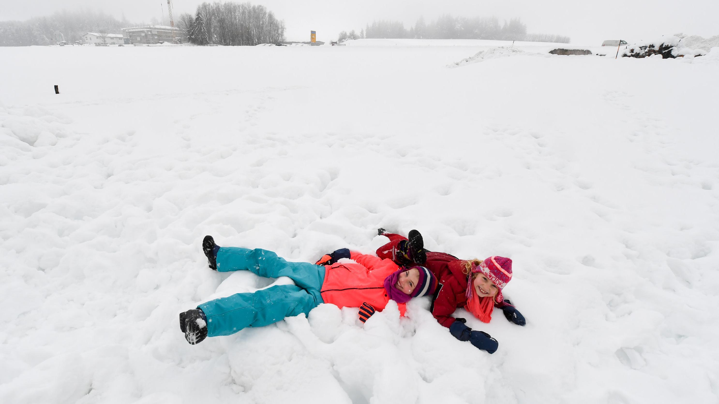 Kinder toben im Schnee im Kreis Traunstein
