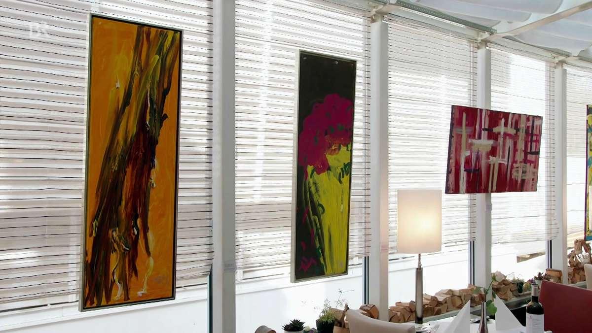 Drei Bilder hängen nebeneinander, eines mit schwarzen Linien auf gelben Hintergrund, das Zweite zeigt einen Blumenstrauß, das Dritte viele Kreuze, die neben- und hintereinander angeordnet sind.