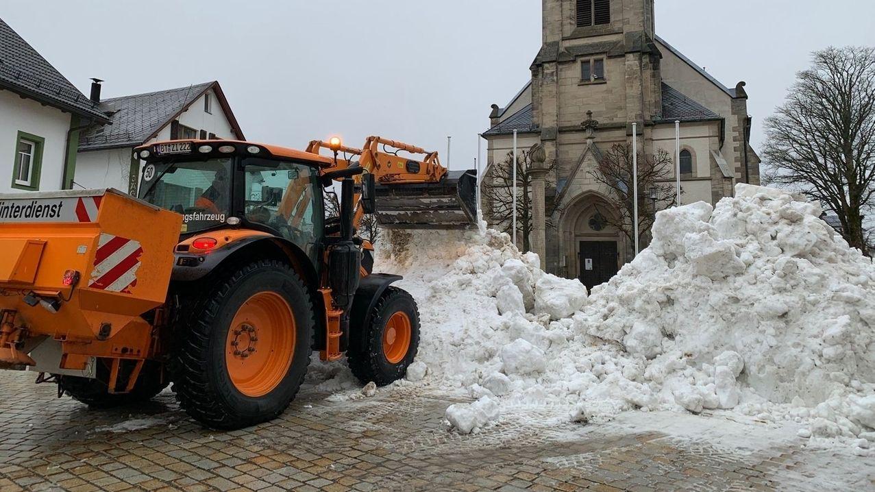 """Helfer karren in Bischofsgrün Schnee für """"Jakob"""" heran."""