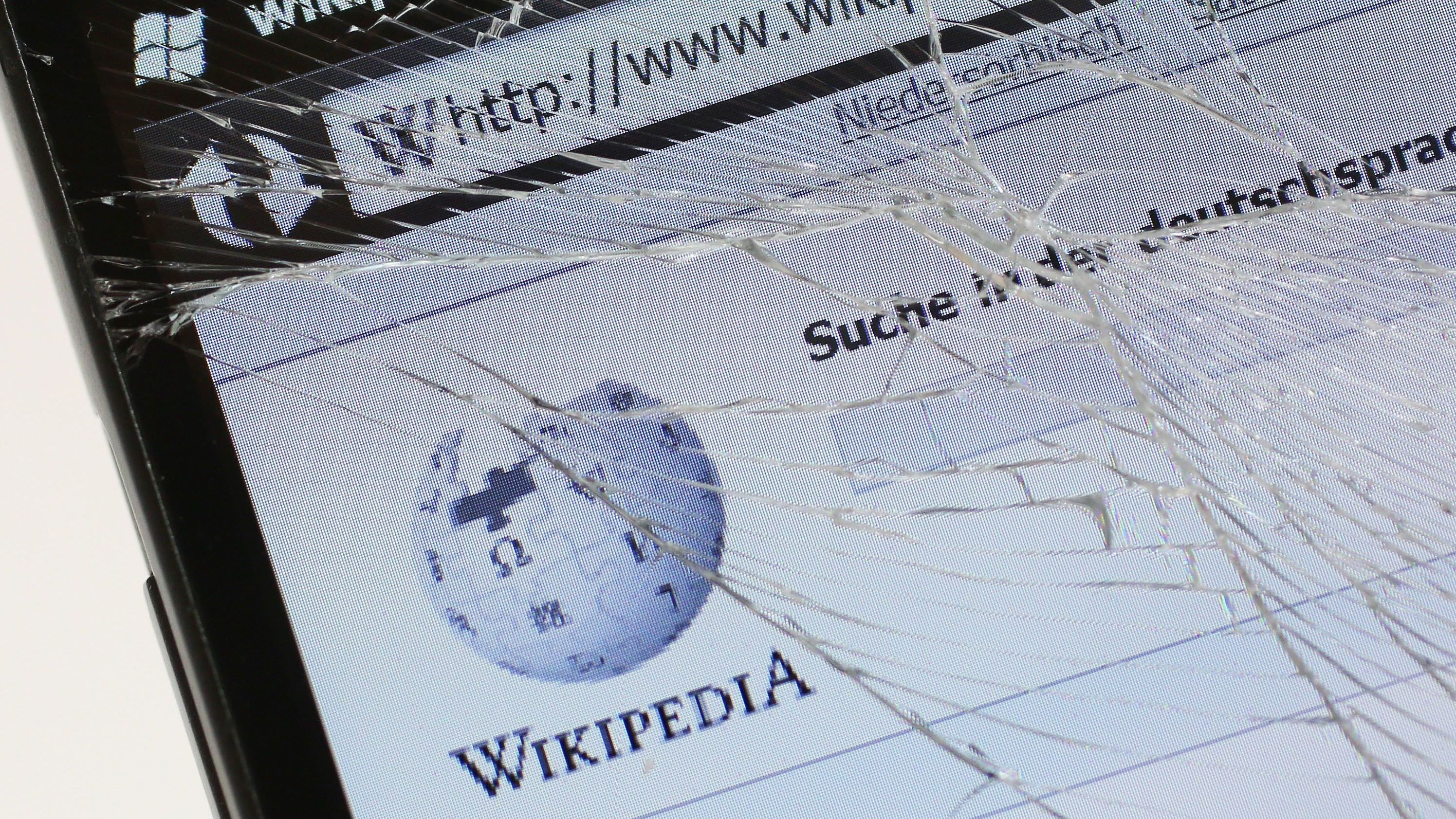 DDoS Attacke auf Wikipedia - Bild von Wikipedia aus zersplittertem Display
