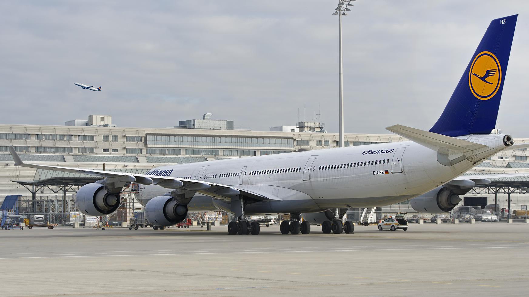 """Lufthansa-Flugzeug am Flughafen München """"Franz Joseph Strauß"""""""