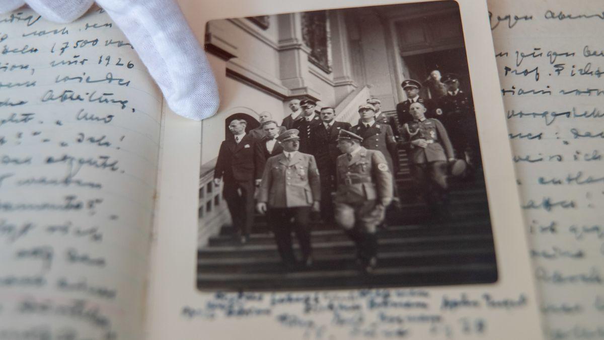 Hitler geht mit seinem Gefolge die Treppe der Dresdner Gemäldegalerie herunter.