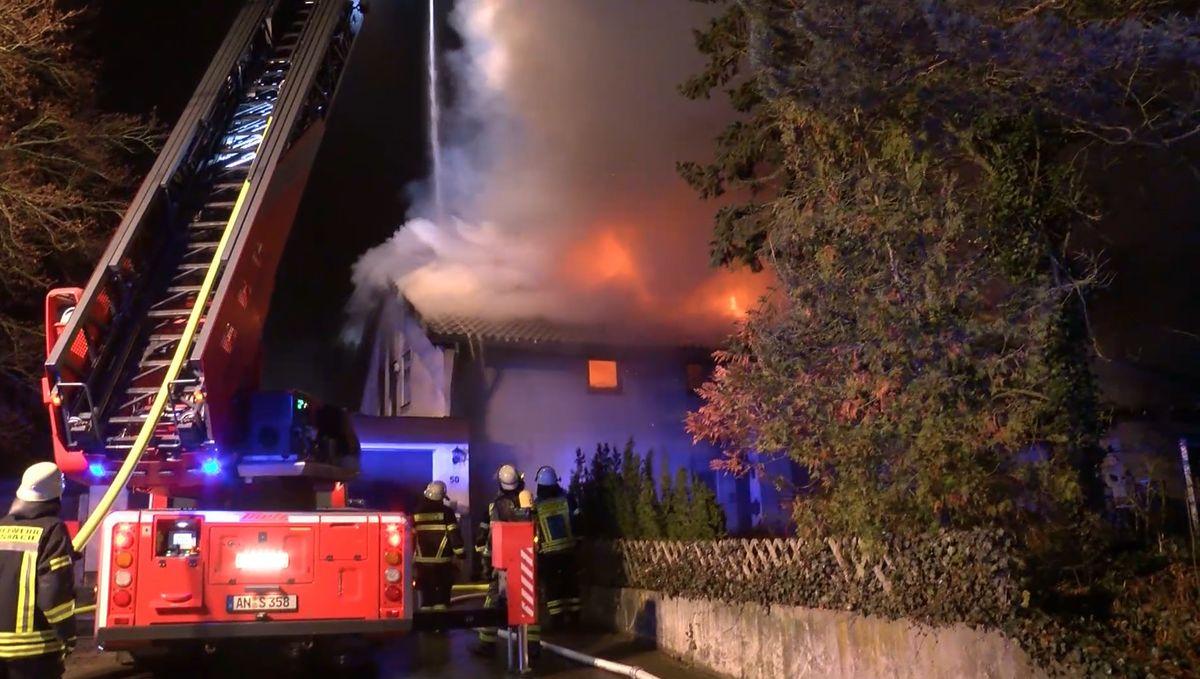 Nach dem Brande eines Einfamilienhauses in der Gemeinde Sachsen bei Ansbach ist eine Frau tot aus den Trümmern geborgen worden