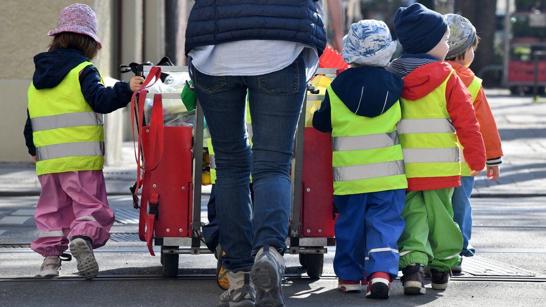 Betreuerin mit Kita-Kindern unterwegs