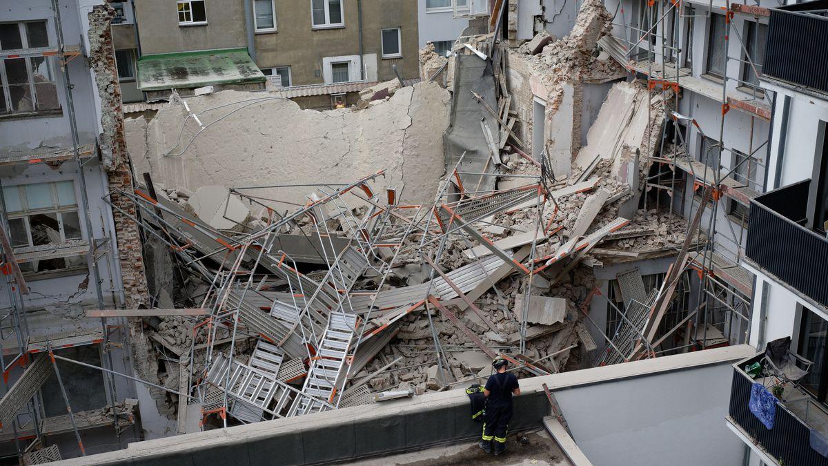 Im Düsseldorfer Zentrum sind bei Bauarbeiten Teile eines Gebäudes eingestürzt. Zwei Menschen werden vermisst.