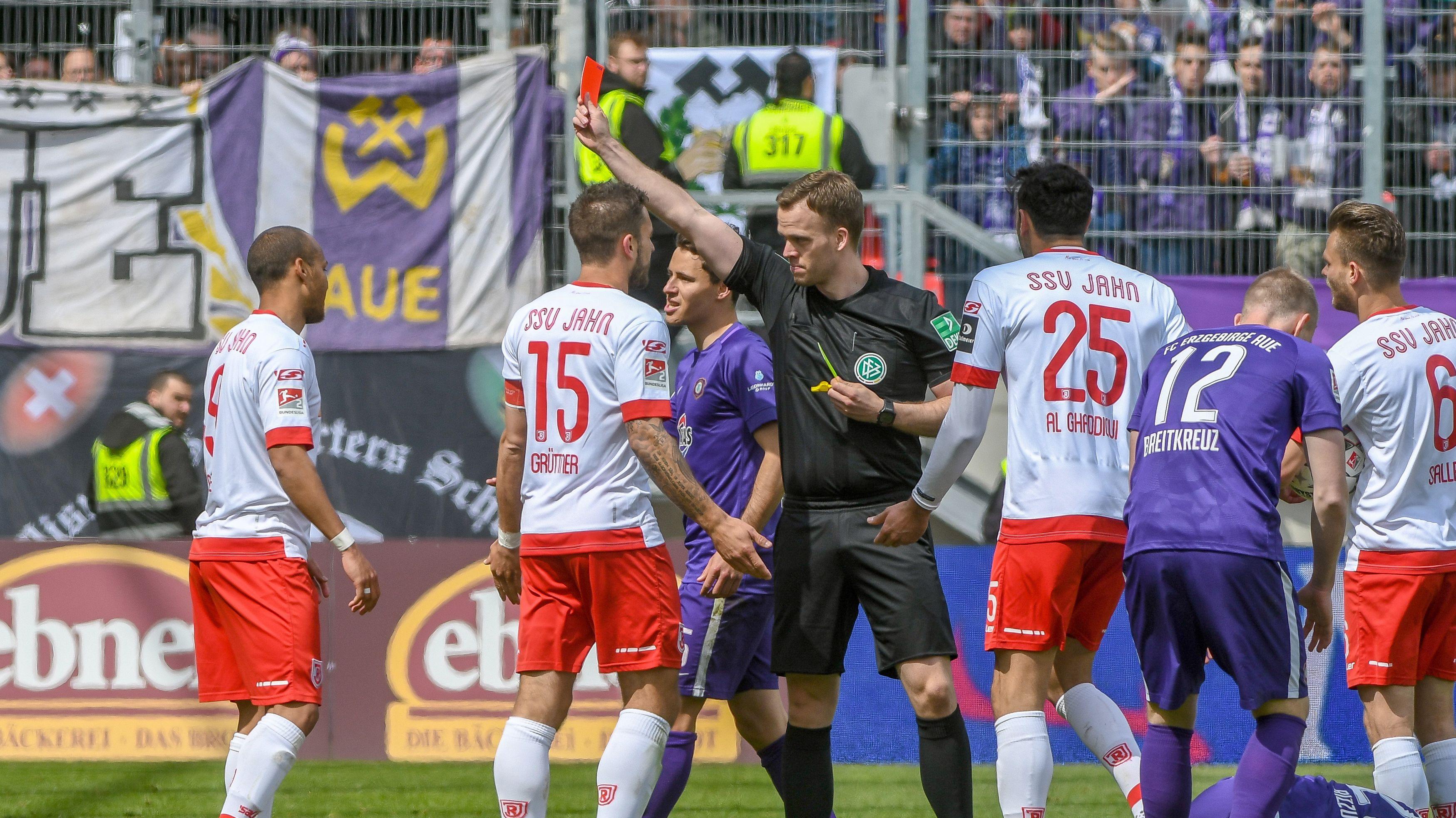 Rote Karte für Regensburg im Spiel gegen Aue