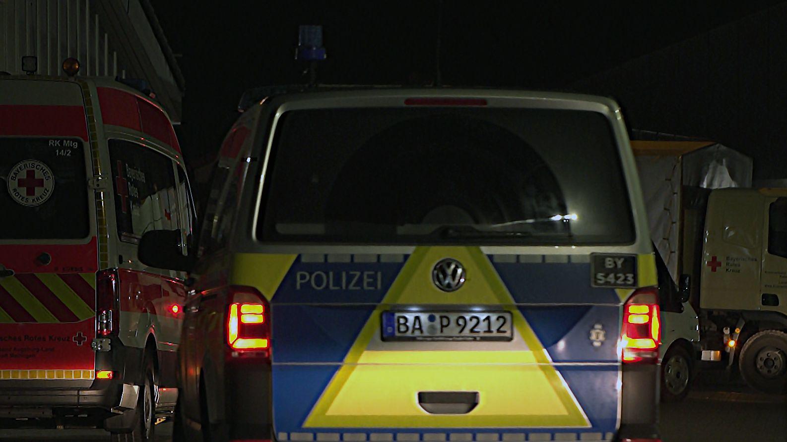 Fahrzeuge von Polizei und Rettungsdiensten am 21.12.2019 in Anhausen im Landkreis Augsburg