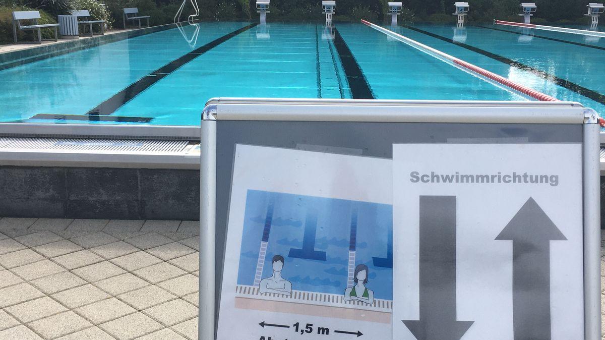 Schwimmbecken mit Hinweisschild zu Abstandsregeln
