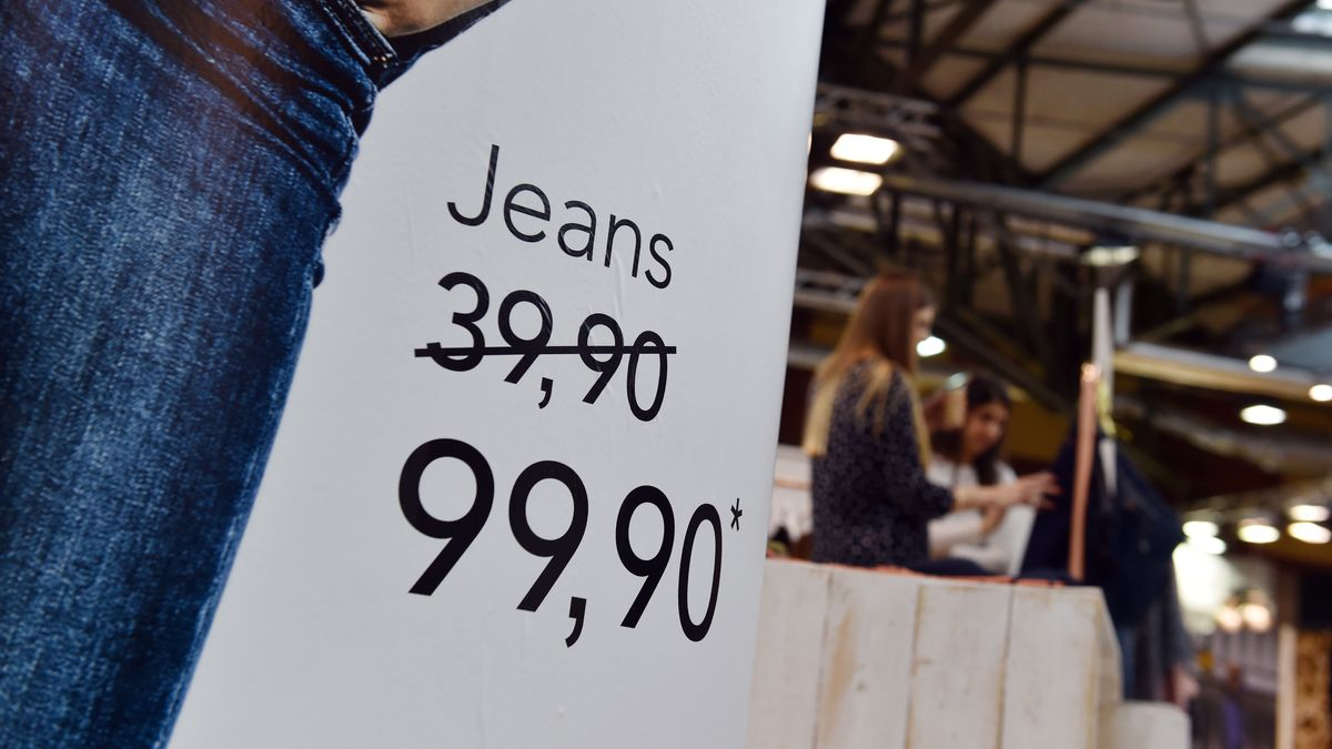Werbetafel für eine Jeans, der Preis herauf- statt herabgesetzt wurde