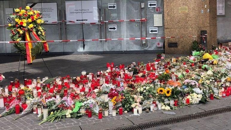 Kerzen und Blumen nahe des Tatorts in der Würzburger Innenstadt.