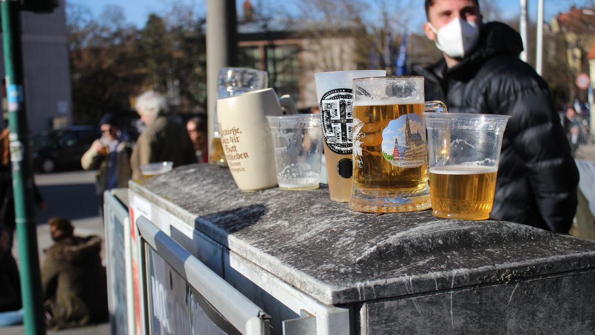 Menschen brachten von zu Hause ihre eigenen Gefäße zum Abfüllen des Biers mit.