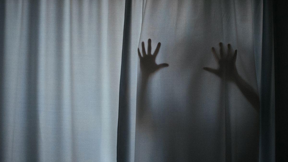 Symbolbild: Hände und Arme hinter einem weißen Vorhang.