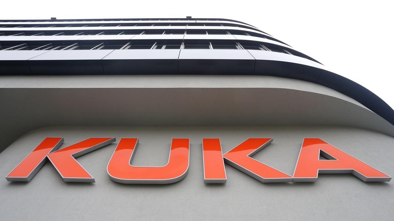 er Schriftzug Kuka an der Kuka-Zentrale in Augsburg