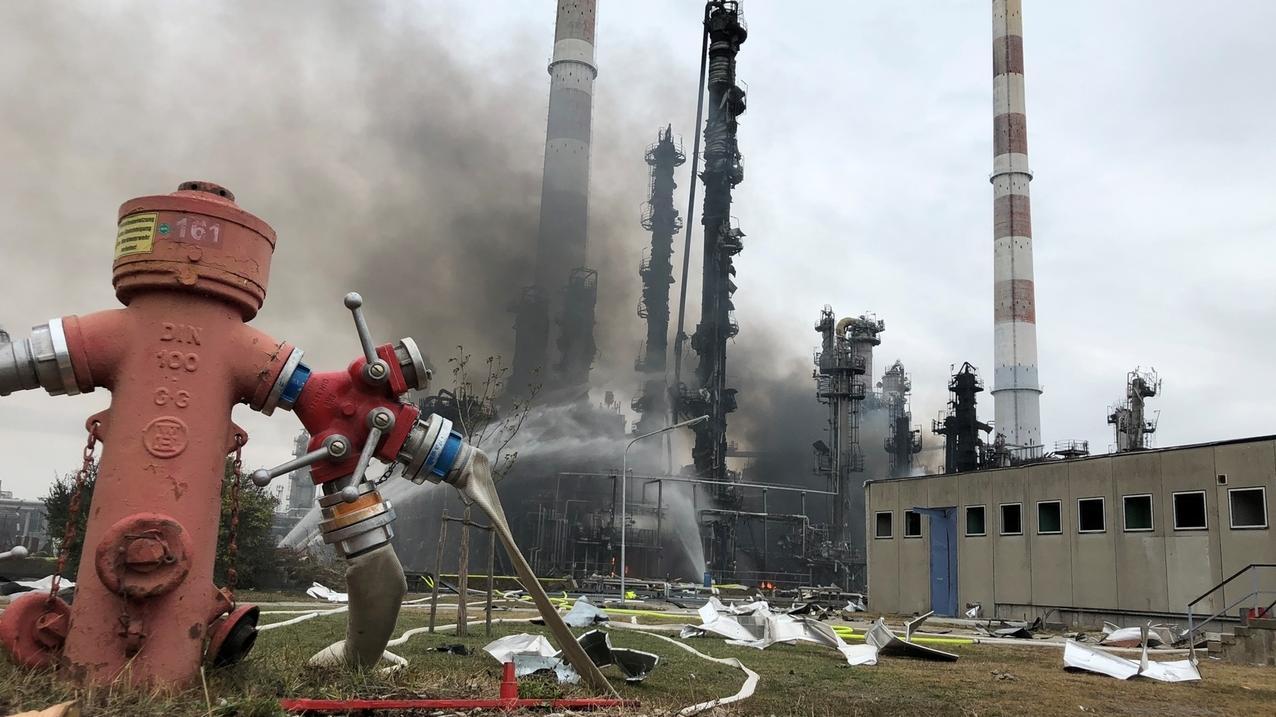 Löscharbeiten in Bayernoil-Raffinerie.
