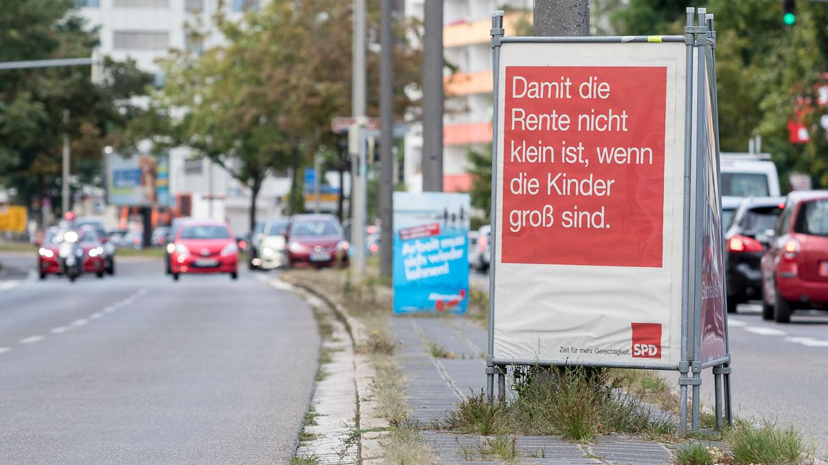 Ein Plakat bei der Bundestagwahl 2017 an einer Straße in Nürnberg.