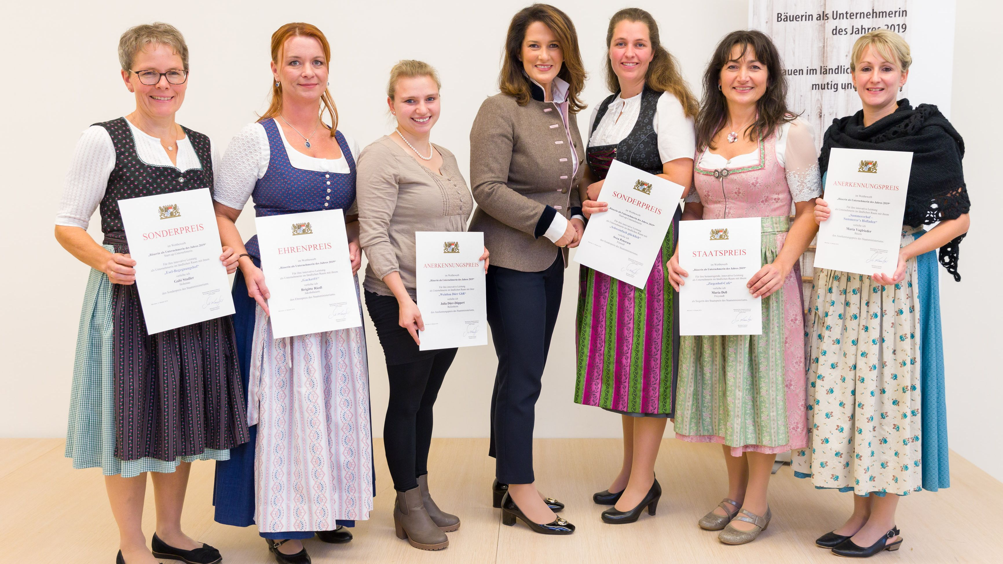 Ministerin Michaela Kaniber (CSU, Mitte) mit den Preisträgerinnen um Maria Deß (2.v.r)