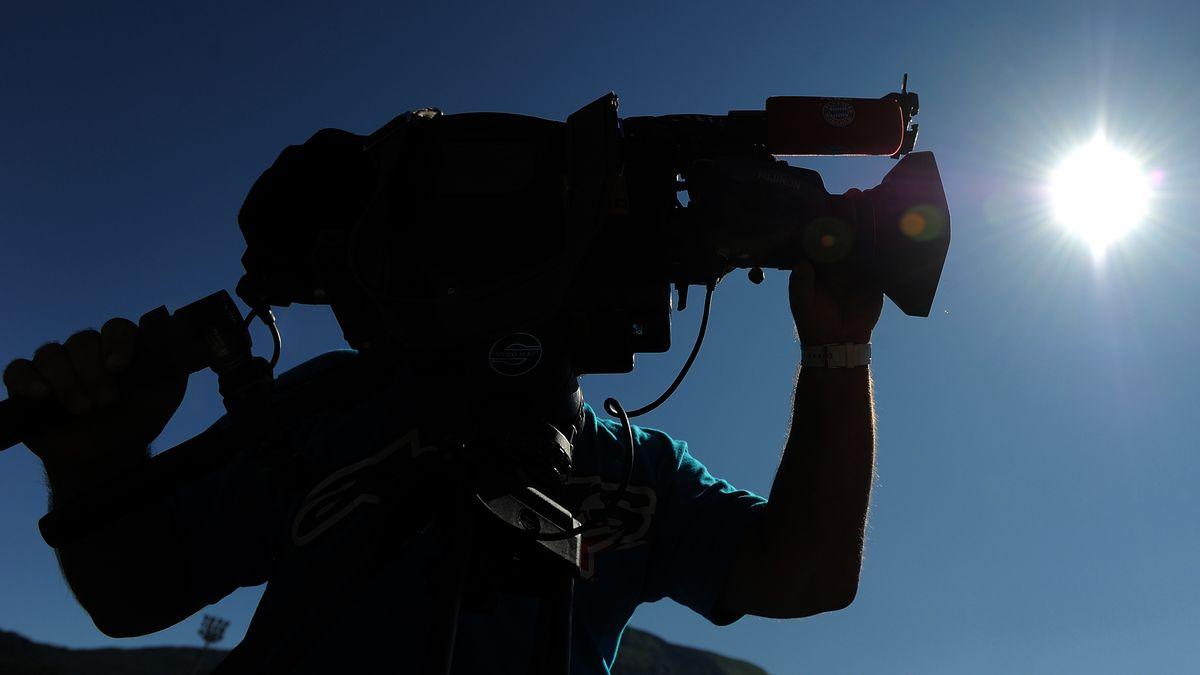 Ein Mann filmt mit einer Videokamera