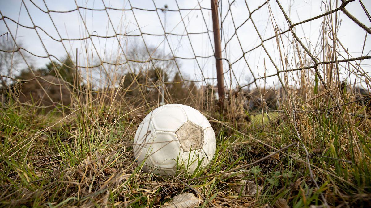 Symbolbild: Fußball in einem verlassenem Sportgelände