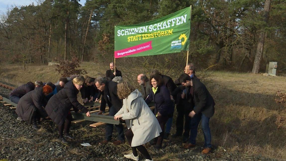 Symbolische Aktion der Grünen für die Steigerwaldbahn Anfang 2020