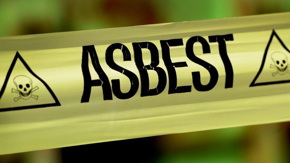Gelbes Absperrband mit der Aufschrift Asbest