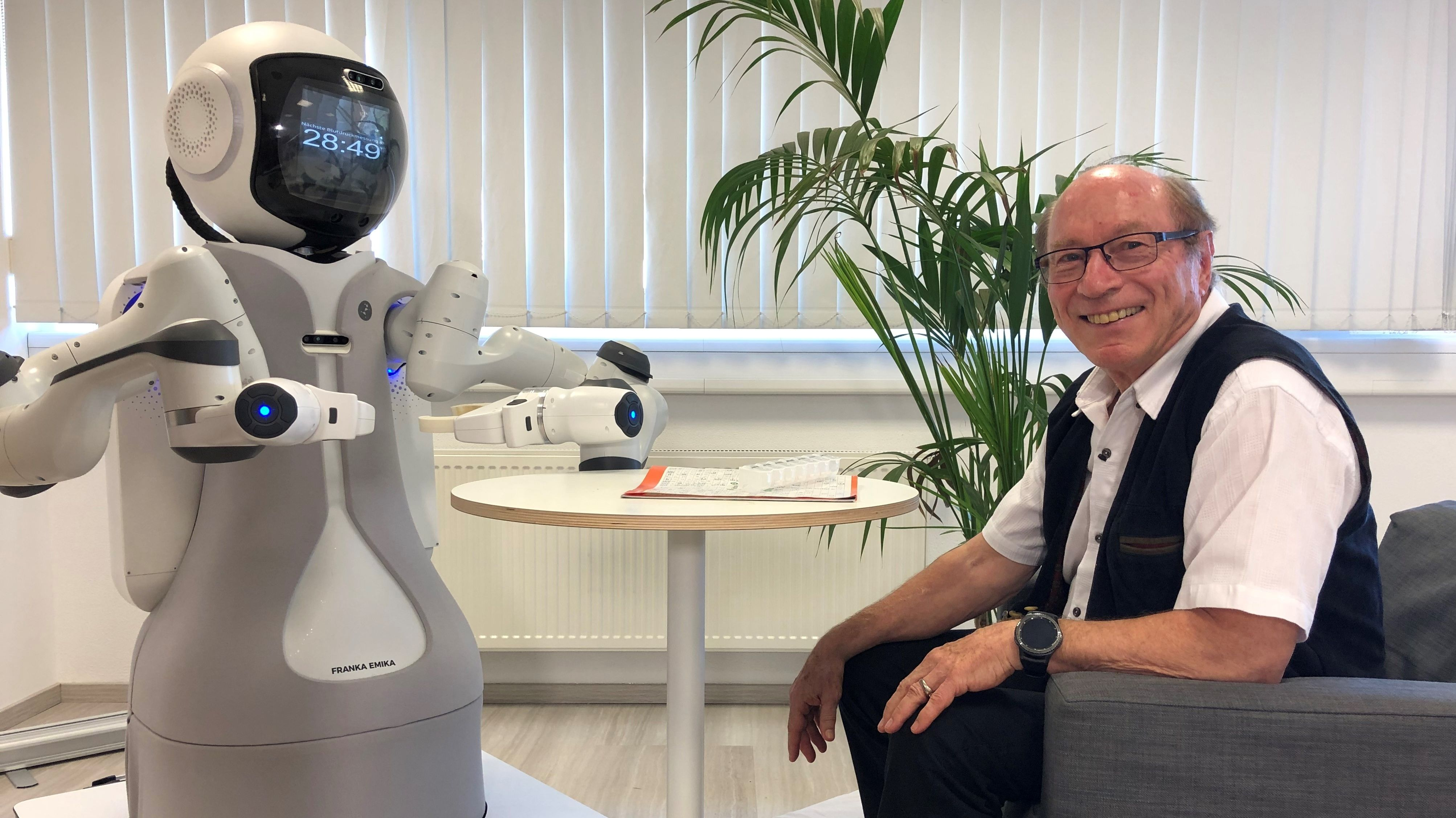 Hausarzt Günter Steinebach mit dem Pflege-Roboter GARMi im Geriatrie-Forschungszentrum der TU München in  Garmisch-Partenkirchen.