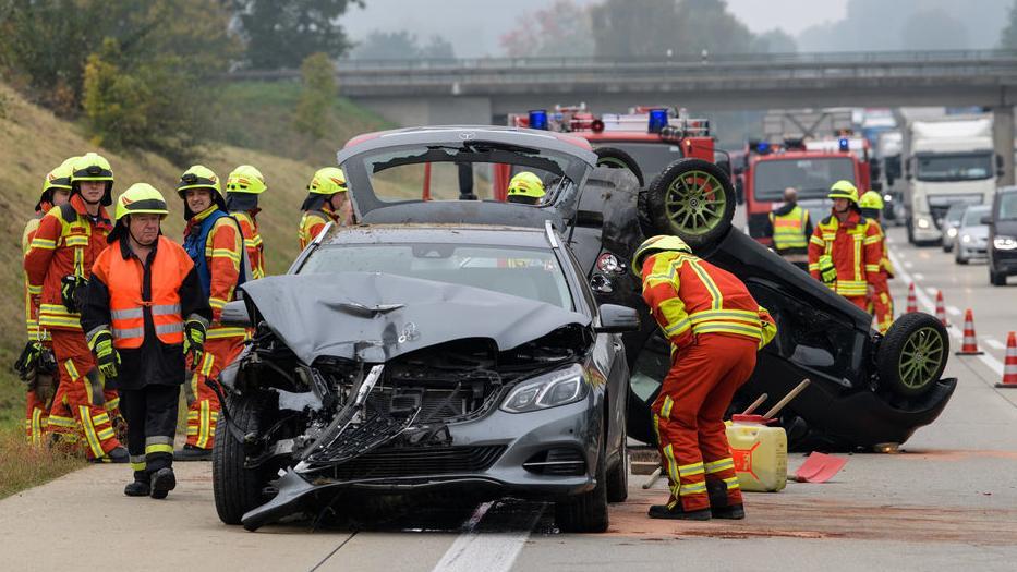 Bachl: Feuerwehrmänner arbeiten rund um einen verunfallten Kombi und einen auf dem Kopf liegender Kleinwagen auf der Autobahn 93 kurz hinter der Autobahnauffahrt zwischen Sallingberg und Hausen. Am 22.02.2019 stellte Verkehrsminister Joachim Herrmann (CSU) die bayerische Unfallstatistik für das Jahr 2018 vor.