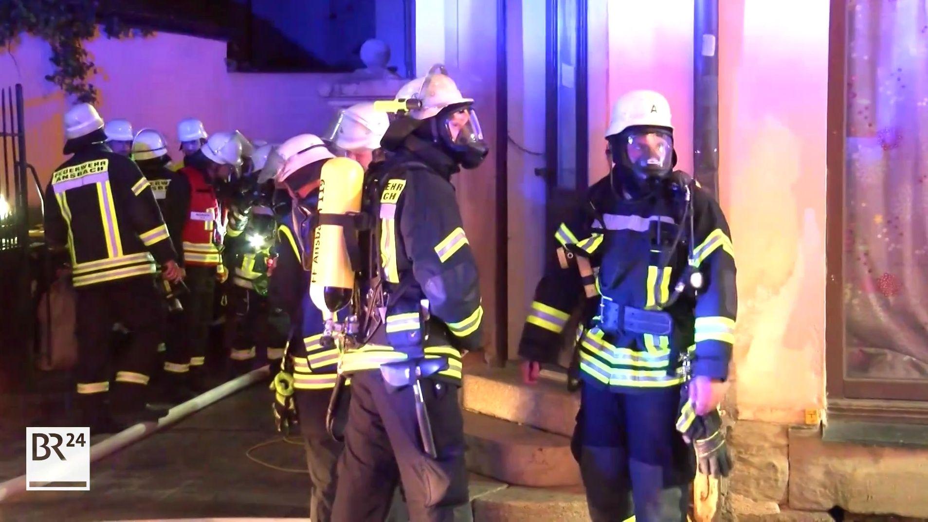 Feuerwehrleute mit Atemschutz in Ansbach