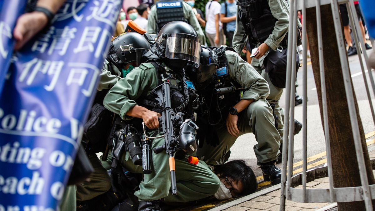Polizisten drücken einen Demonstranten in Hongkong zu Boden. Das Bild stammt vom 1. Juli 2020.