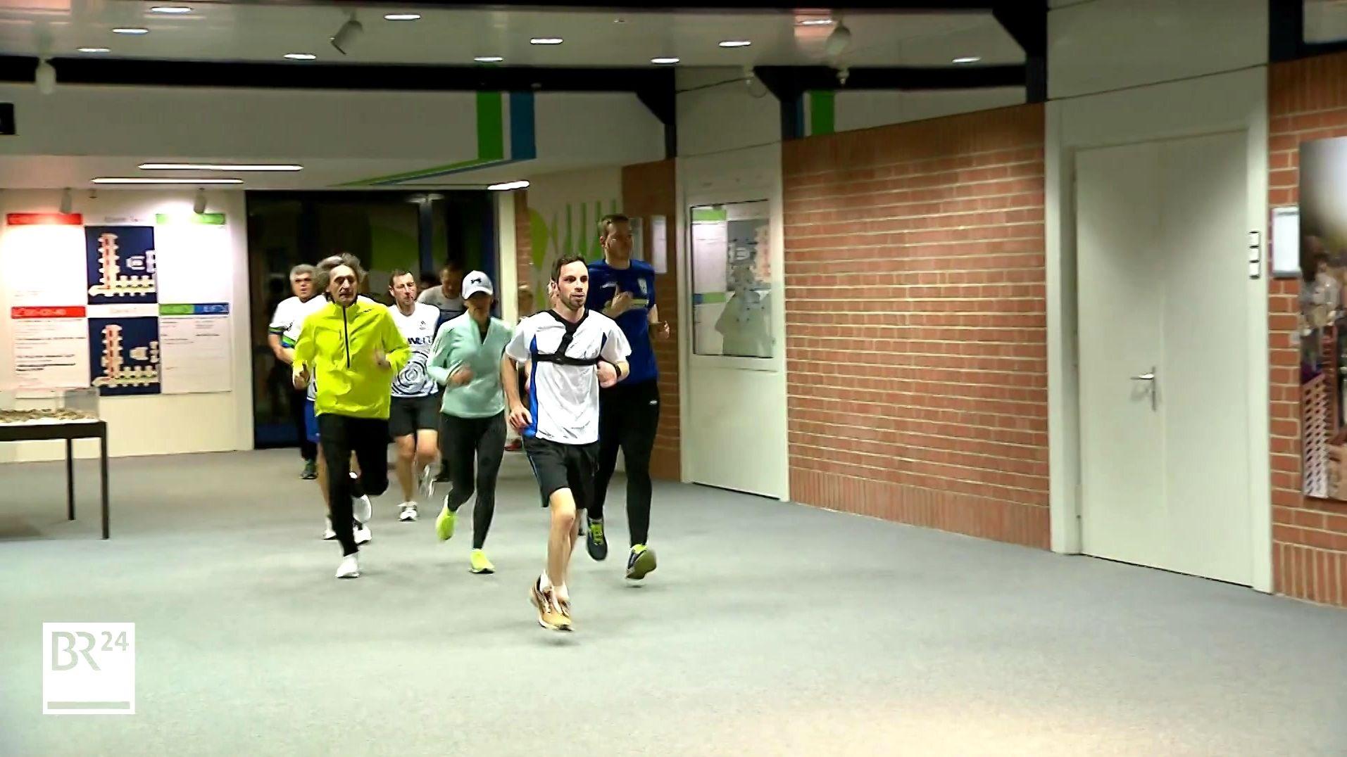 Laufgruppe im Foyer der LGA in Nürnberg