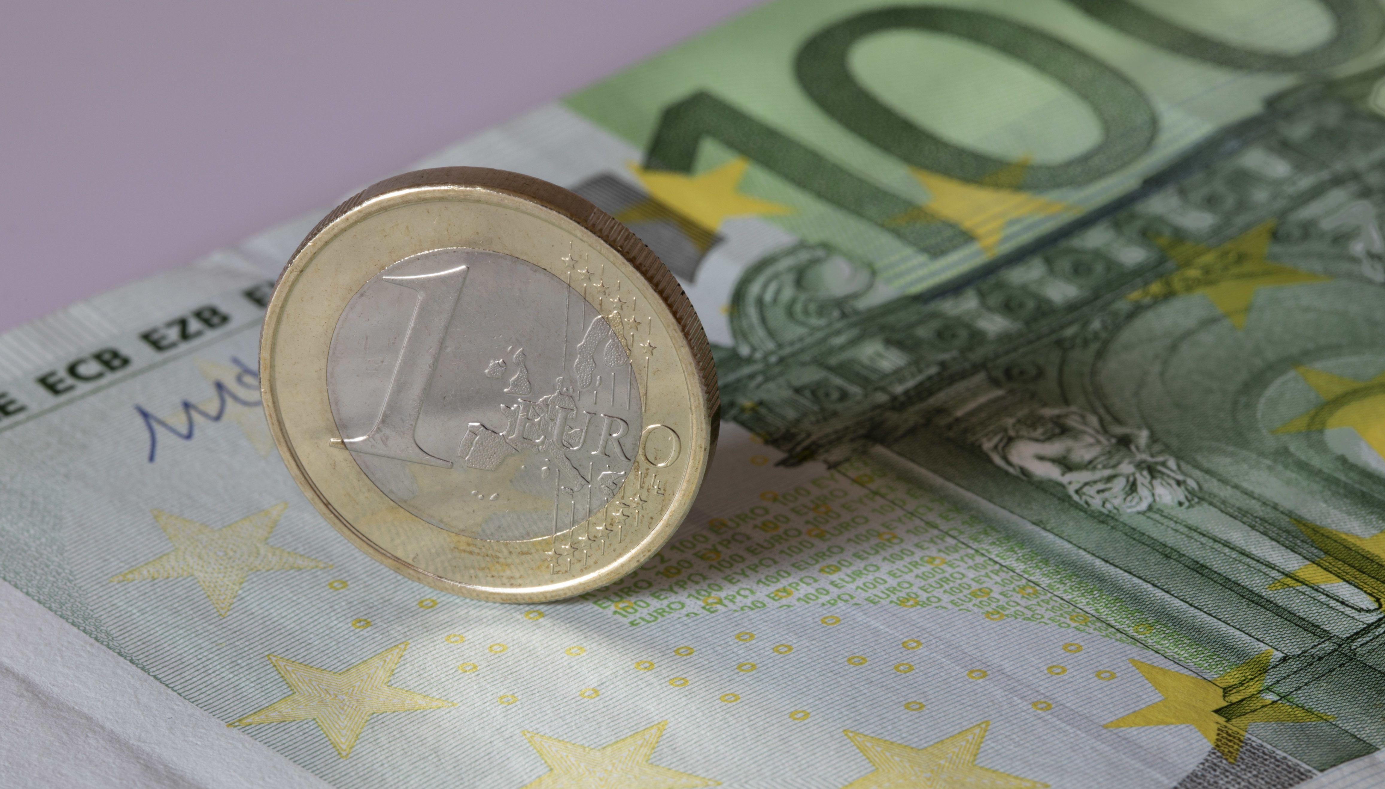 Euro-Geldschein- und Münze (Symbolbild)