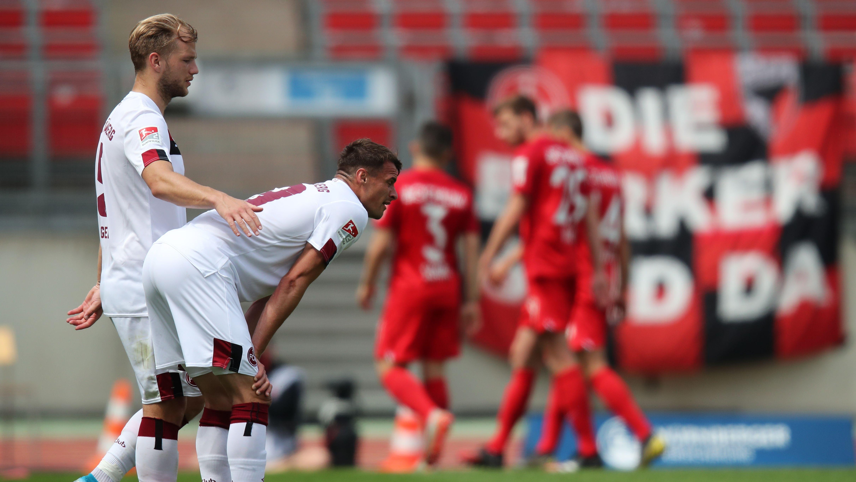 Enttäuschte Nürnberger Spieler nach der Partie gegen Bochum