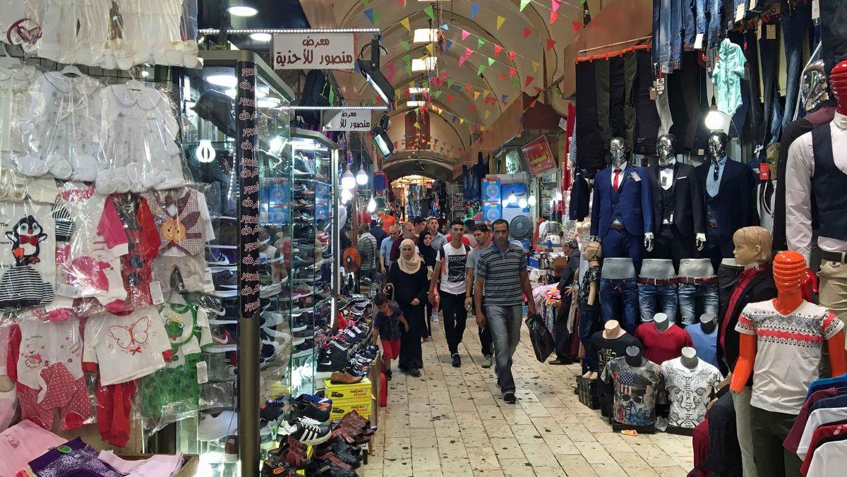 Palästinensische Kunden auf dem Kleidermarkt von Nablus.