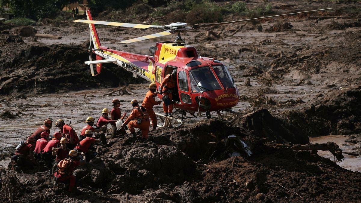 Helfer suchen nach dem Dammbruch nach Überlebenden