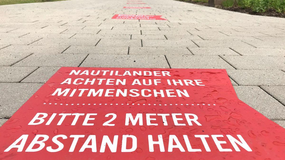 Markierungen vor dem Eingangsbereich des Würzburger Nautiland